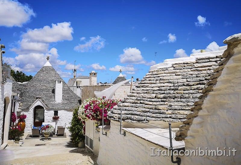 Alberobello - vicolo tra i trulli