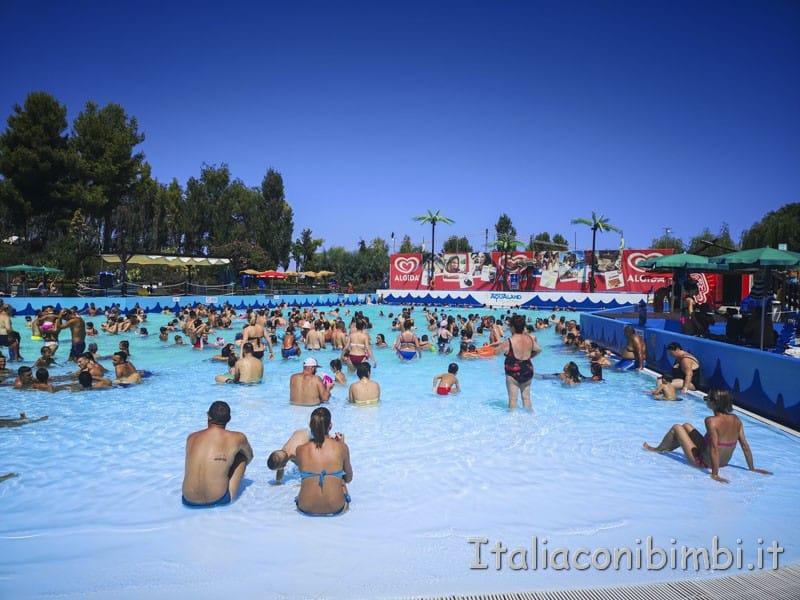Aqualand di Vasto - piscina centrale con le onde