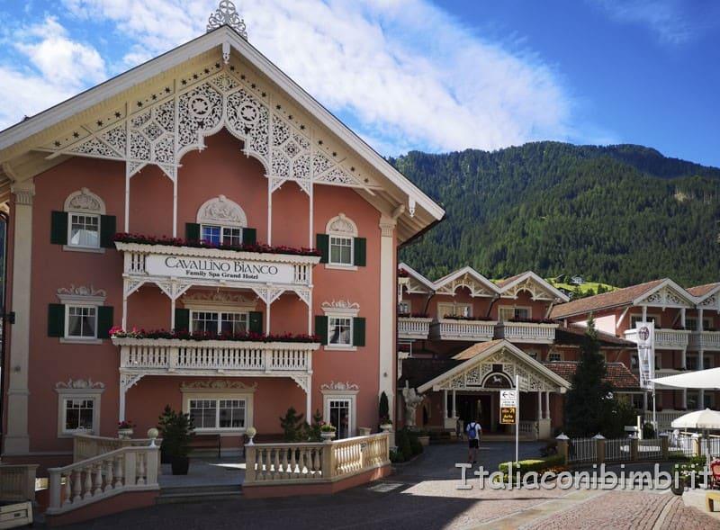 Cavallino Bianco - ingresso hotel sul corso