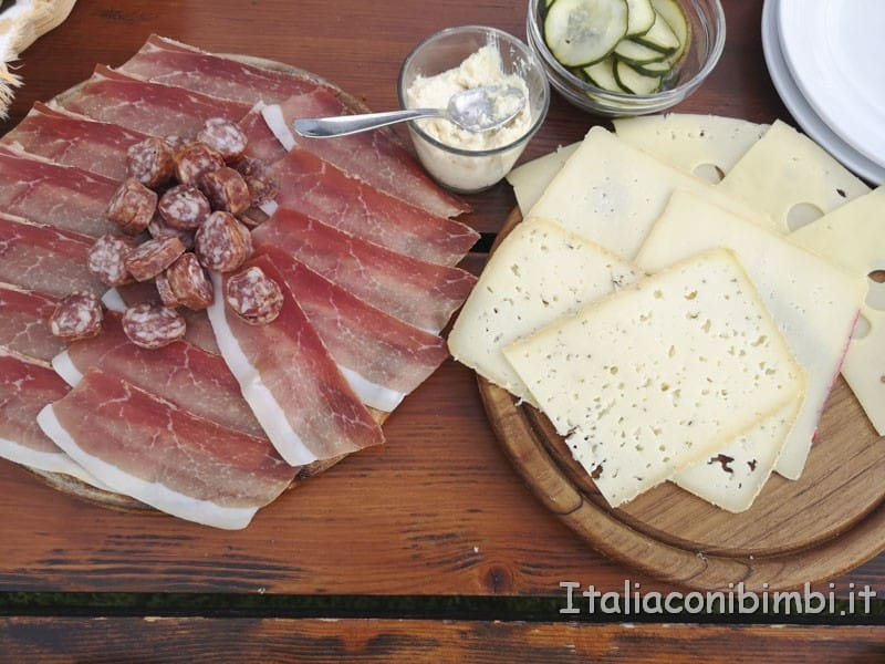 Cavallino-Bianco-merenda-con-speck-e-formaggio