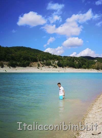 Lago di Fiastra - bimbo che fa il bagno nel lago