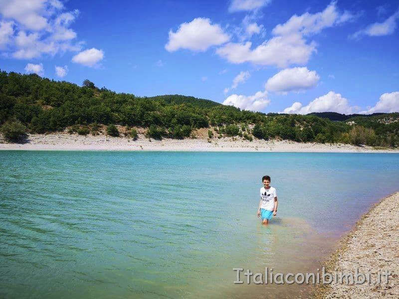 Lago di Fiastra - bimbo che fa il bagno