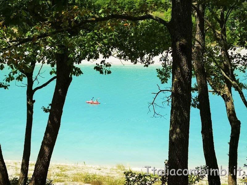Lago di Fiastra - canoe sul lago