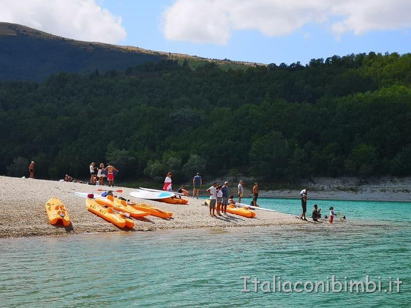 Lago di Fiastra - canoe sulla spiaggia