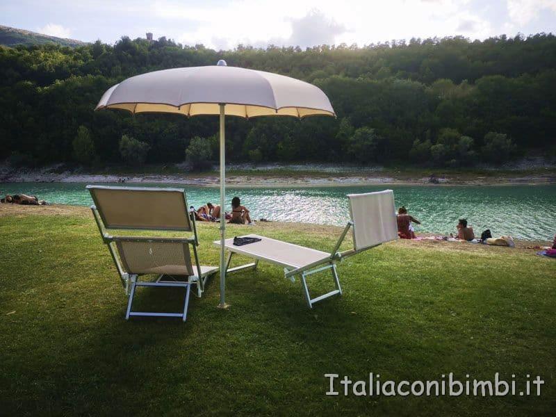 Lago di Fiastra - ombrelloni e lettini