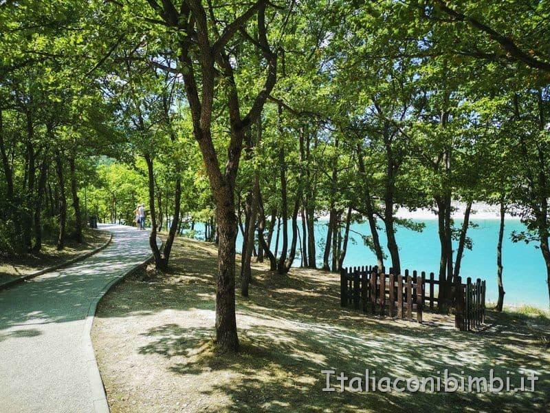 Lago di Fiastra - passeggiata lungo il lago