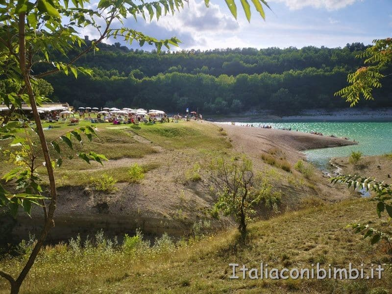 Lago di Fiastra - spiaggia con gli ombrelloni