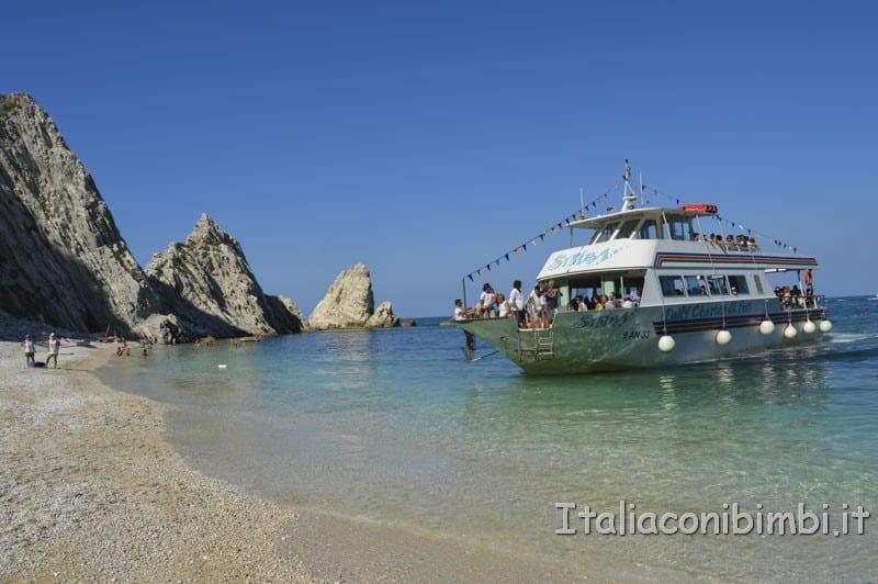 Rilascio della tartaruga - arrivo della nave Calypso sulla spiaggia