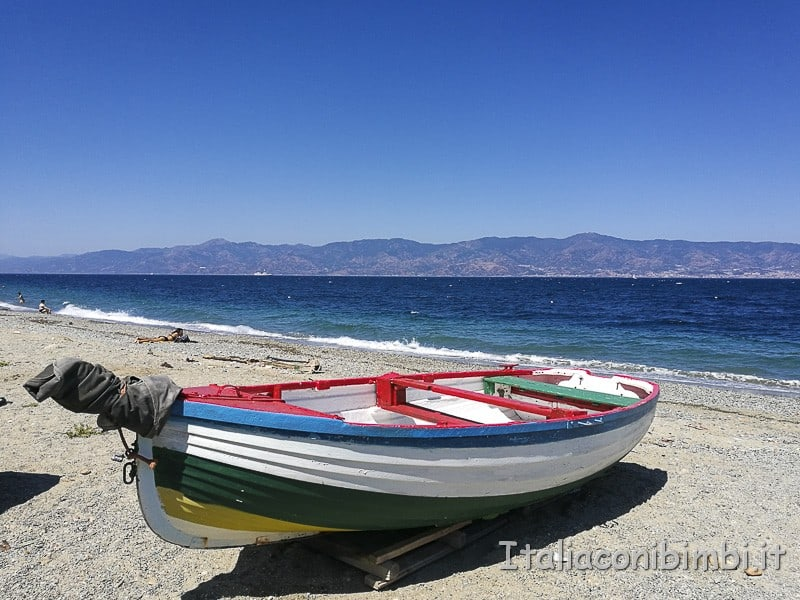 Stretto di Messina- barca sulla spiaggia