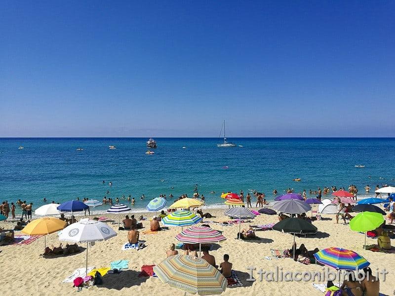 Tropea- spiaggia della rotonda ombrelloni
