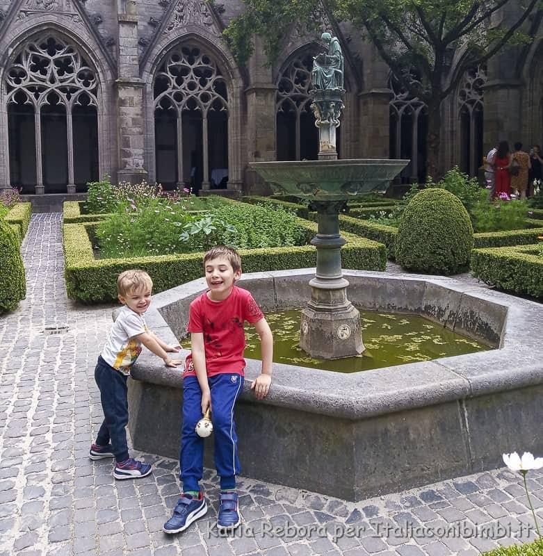 Utrecht- cortile monasteriale interno al Duomo
