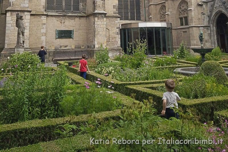 Utrecht- cortile monasteriale interno del Duomo