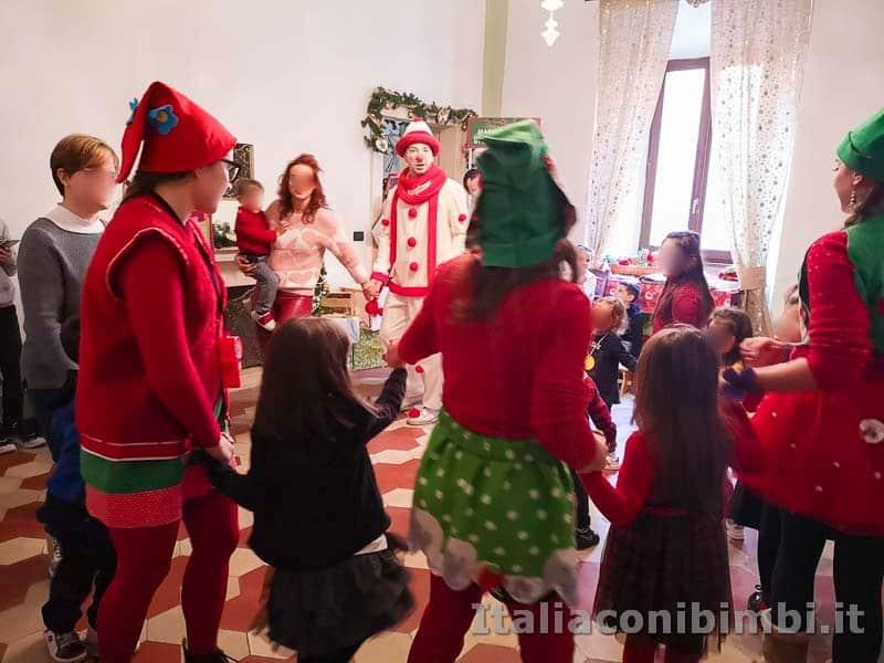 Magico Mondo di Babbo Natale - girotondo dei bambini con gli elfi