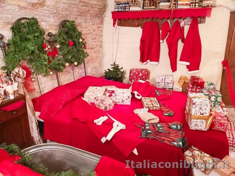 Magico Mondo di Babbo Natale - letto e vestiti di Babbo Natale
