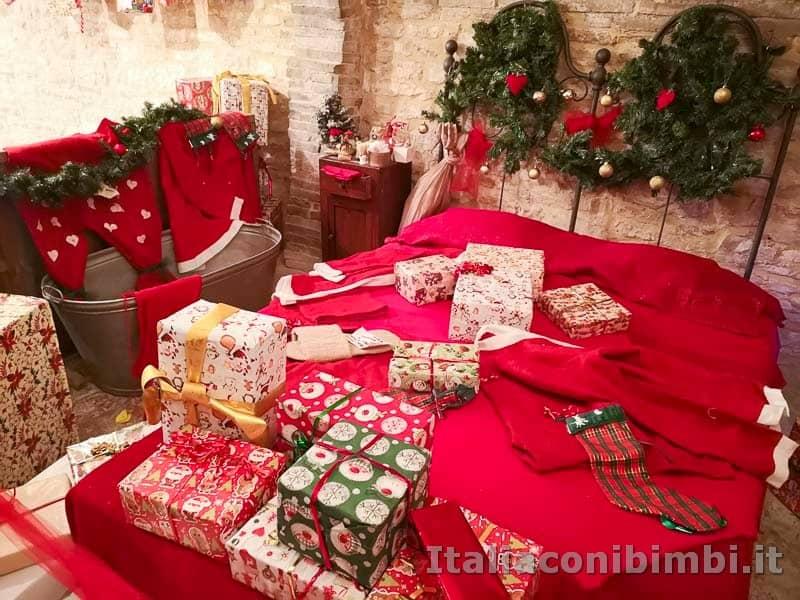 Magico Mondo di Babbo Natale - lregali sul letto di Babbo Natale