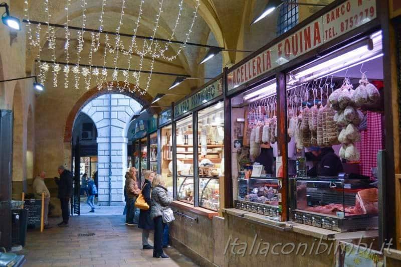 Padova - negozi sotto al Palazzo della Ragione