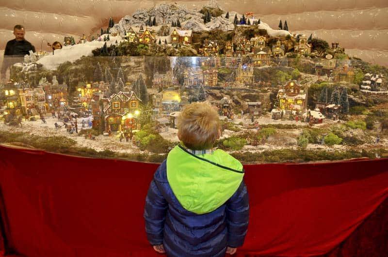Villaggio di Natale di Finale Ligure - bambino e presepe