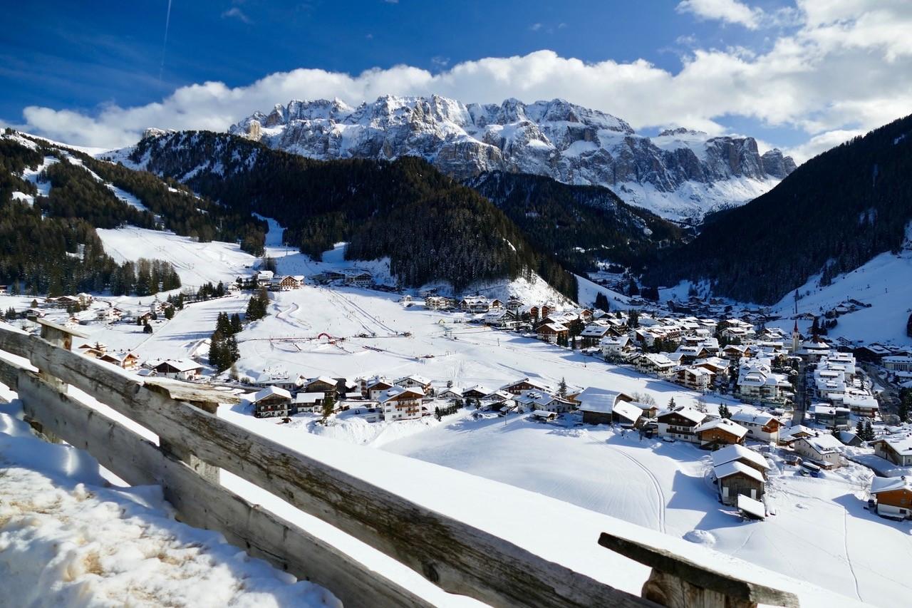 Babytrekking passeggiata in montagna sulla neve