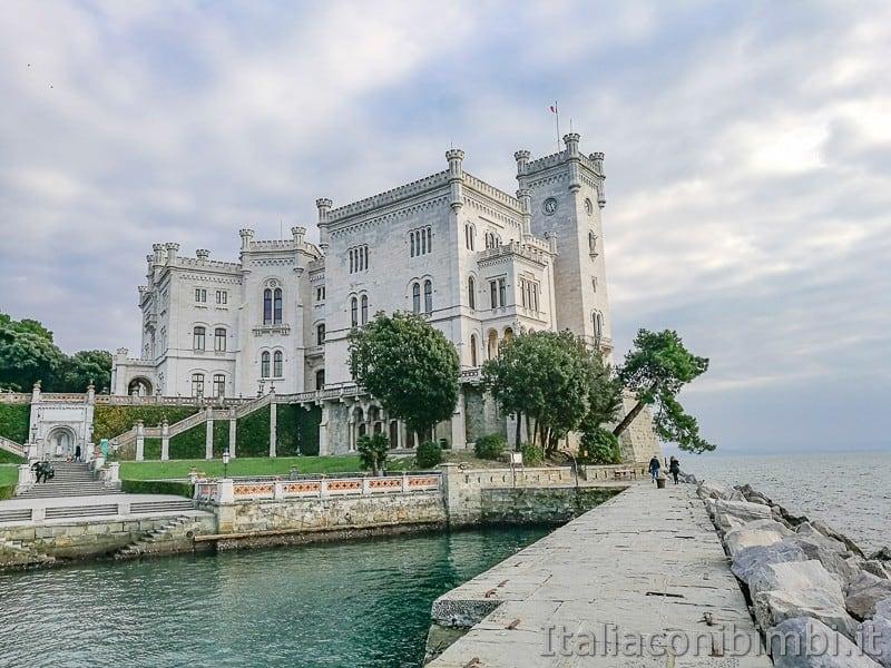 Trieste-Castello-di-Miramare-altra-visuale