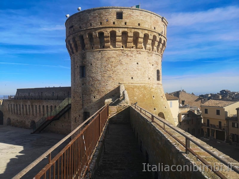Acquaviva Picena - passaggio sulle mura della fortezza