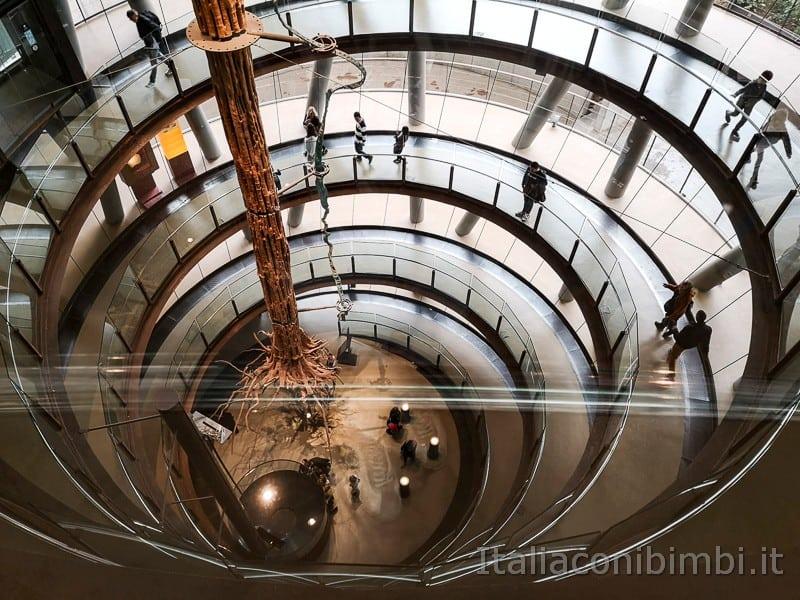 CosmoCaixa-museo-della-scienza-di-Barcellona-corridoio-per-scendere-ai-vari-piani