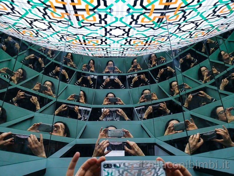 CosmoCaixa museo della scienza di Barcellona - io alla mostra sugli specchi