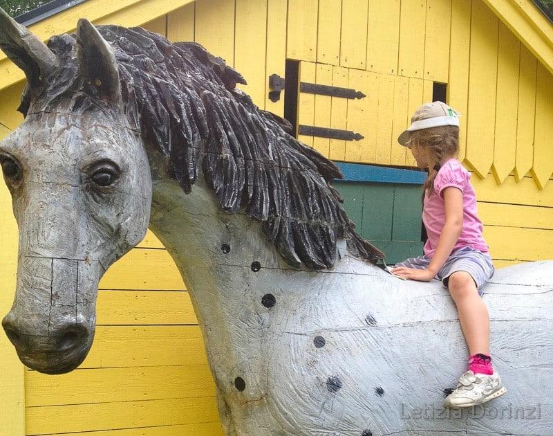 Parco-di-Pippi-Calzelunghe-bambina-sul-cavallo-di-Pippi