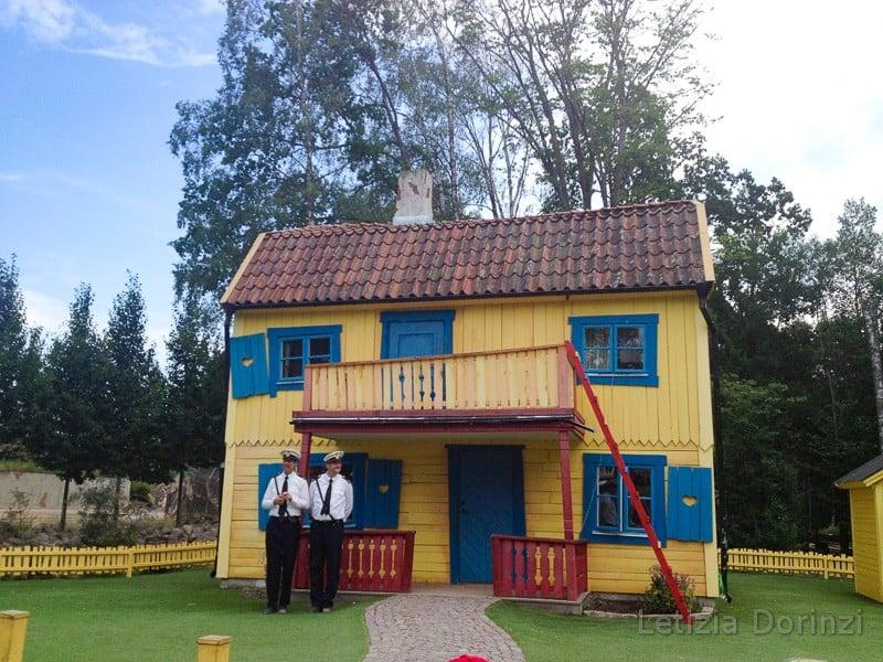 Parco di Pippi Calzelunghe - la sua casa con i poliziotti