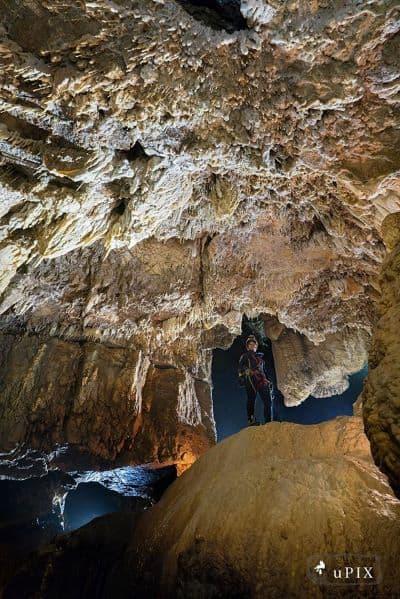 speleologa alle Grotte di Stiffe