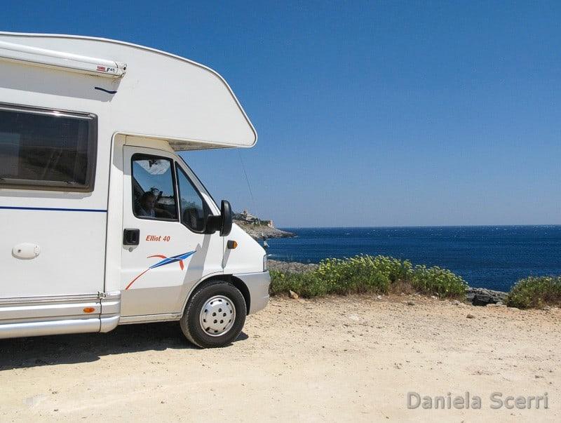 Camper davanti al mare in sosta libera
