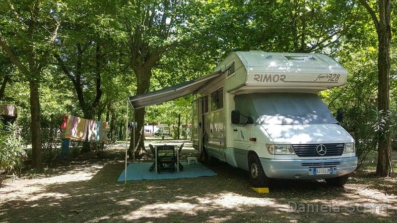 Camper in campeggio con tavolino fuori