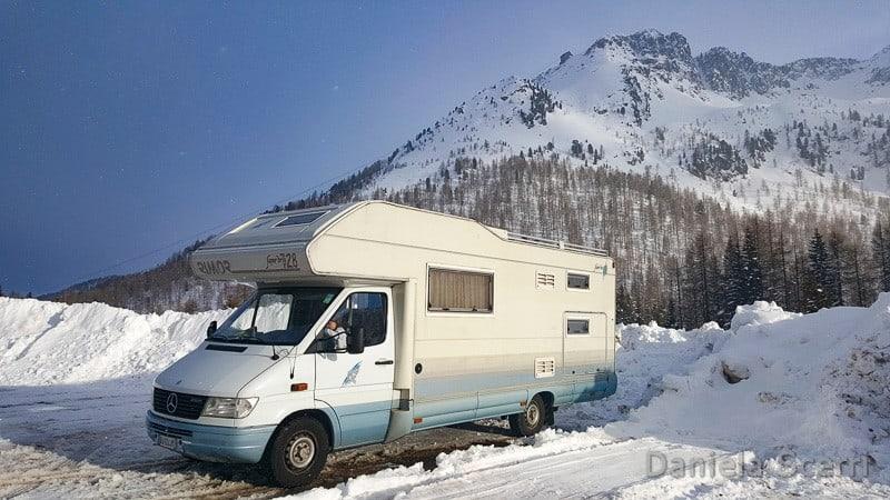 Camper in mezzo alla neve