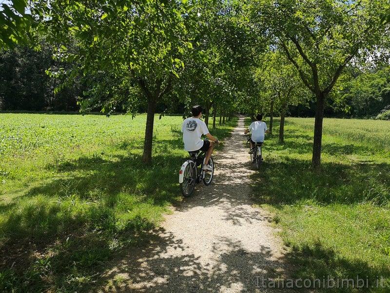 Abbadia di Fiastra- ragazzi in bicicletta sulla pista ciclabile