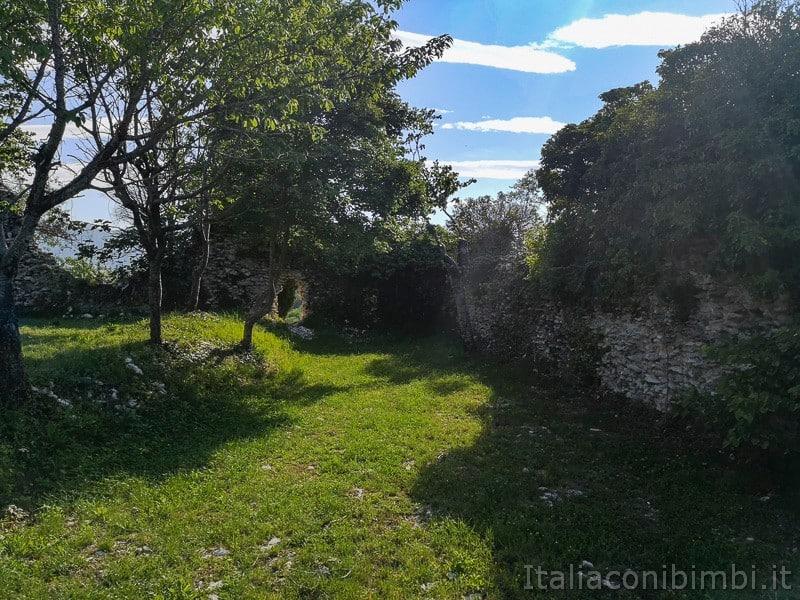 Lago di Cingoli- rovine del castello di Castreccioni