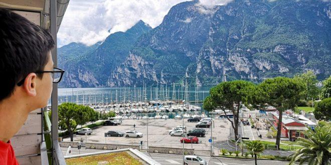 Residence Centro Vela di Riva del Garda- bambino sul terrazzo