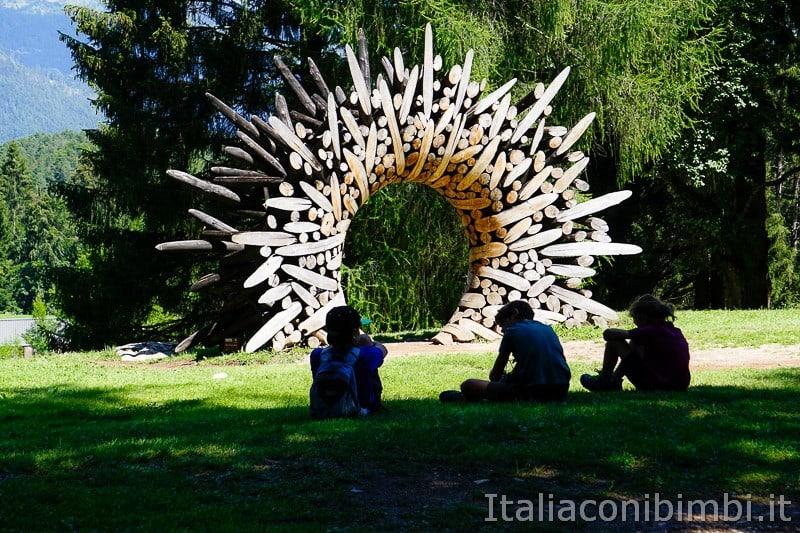 Arte Sella Valsugana- opera 0121-1110=115075 con bambini davanti