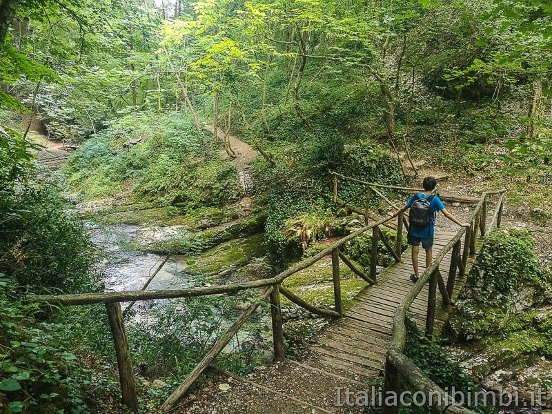 Caramanico Valle dell'Orfento- bambino sul ponte
