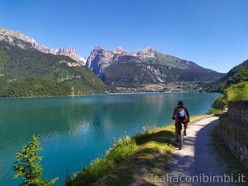 Molveno- in bicicletta sul sentiero ciclabile
