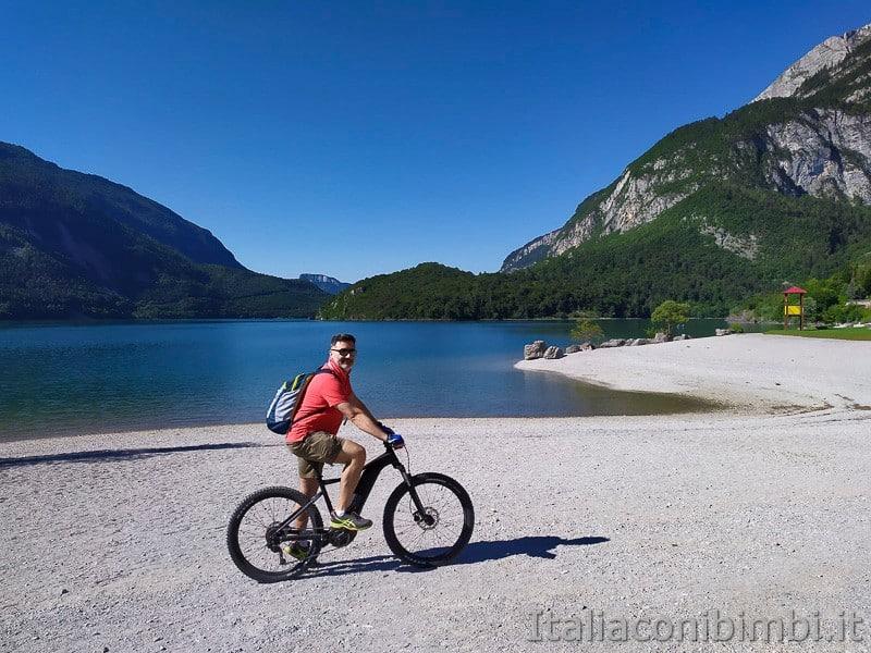 Molveno- in bicicletta sulla spiaggia di ghiaia