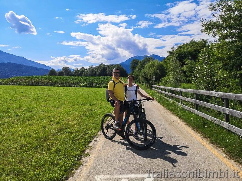 Ciclabile della Valsugana- famiglia in bicicletta