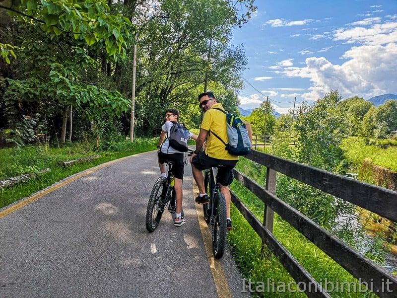 Ciclabile della Valsugana- padre e figlio in bicicletta