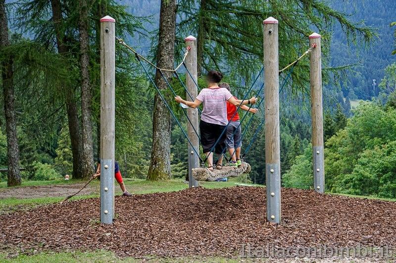 Folgaria- altalena di corda al parco giochi