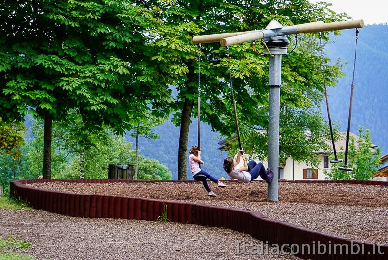 Folgaria- altalene al parco giochi