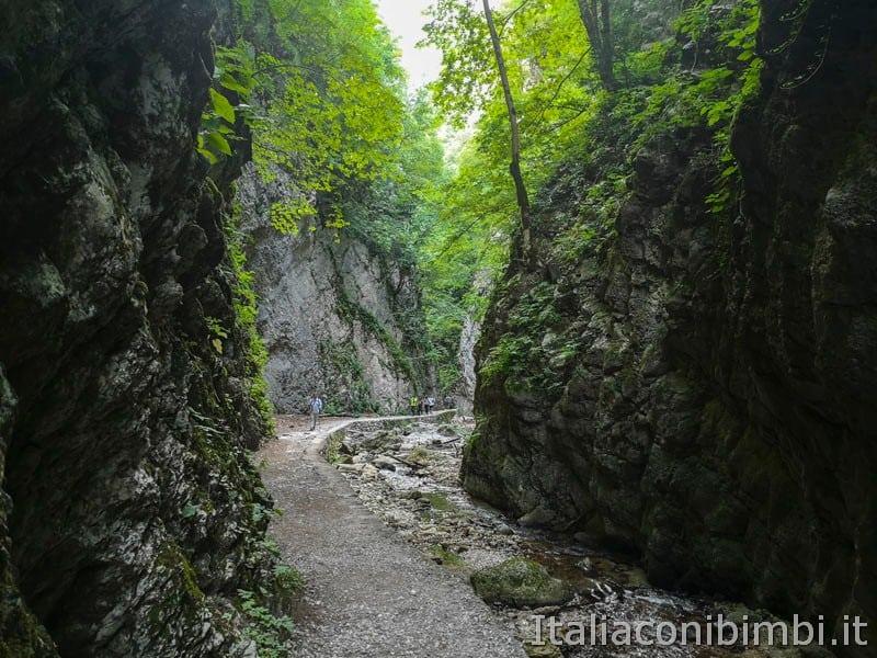 Gole dell'Infernaccio- sentiero visto dalle gole