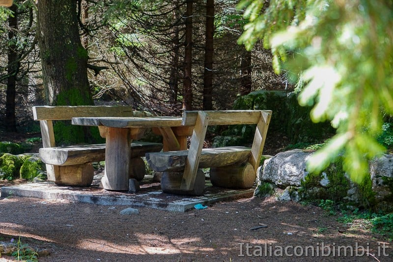 Sentiero dell'Immaginario Alpe Cimbra- area picnic vicino al drago