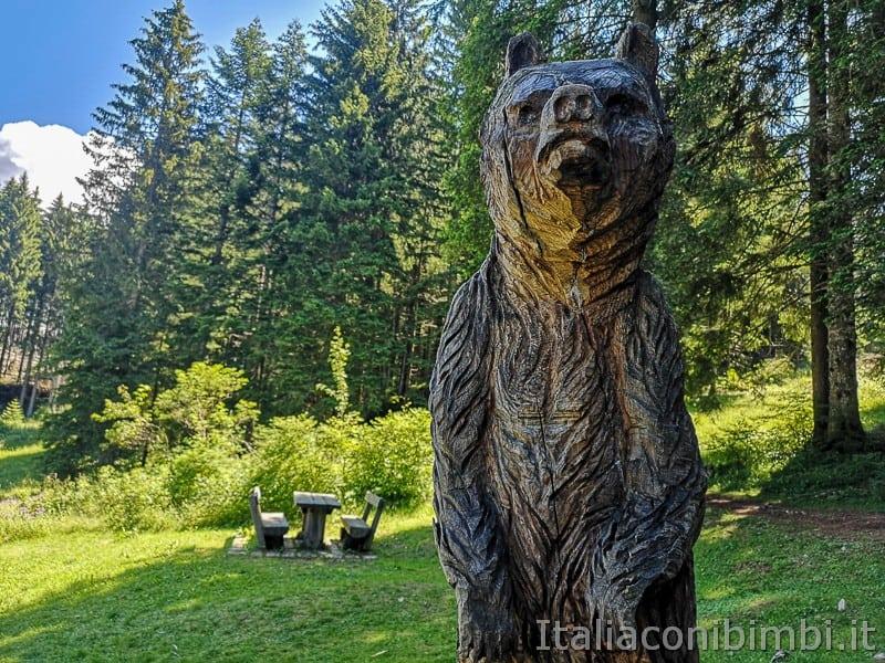 Sentiero dell'Immaginario Alpe Cimbra- area picnic vicino all'orso di legno