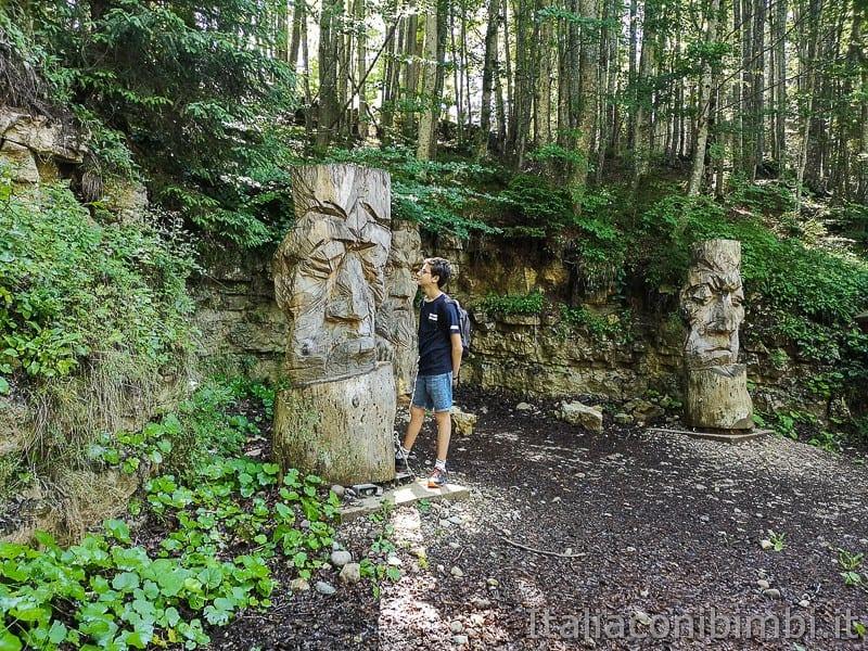 Sentiero dell'Immaginario Alpe Cimbra- bambino davanti alle sculture di legno