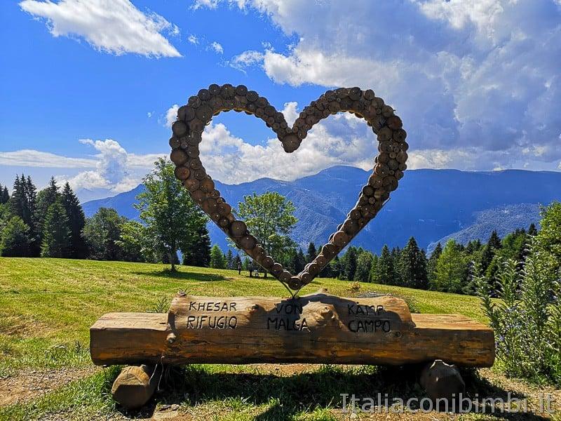 Sentiero dell'Immaginario Alpe Cimbra- cuore di legno a Malga Campo