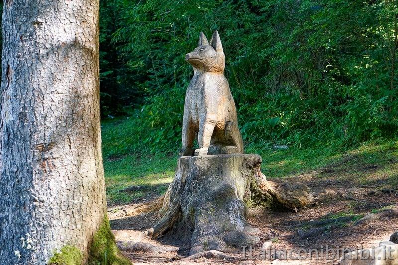 Sentiero dell'Immaginario Alpe Cimbra- lupo di legno