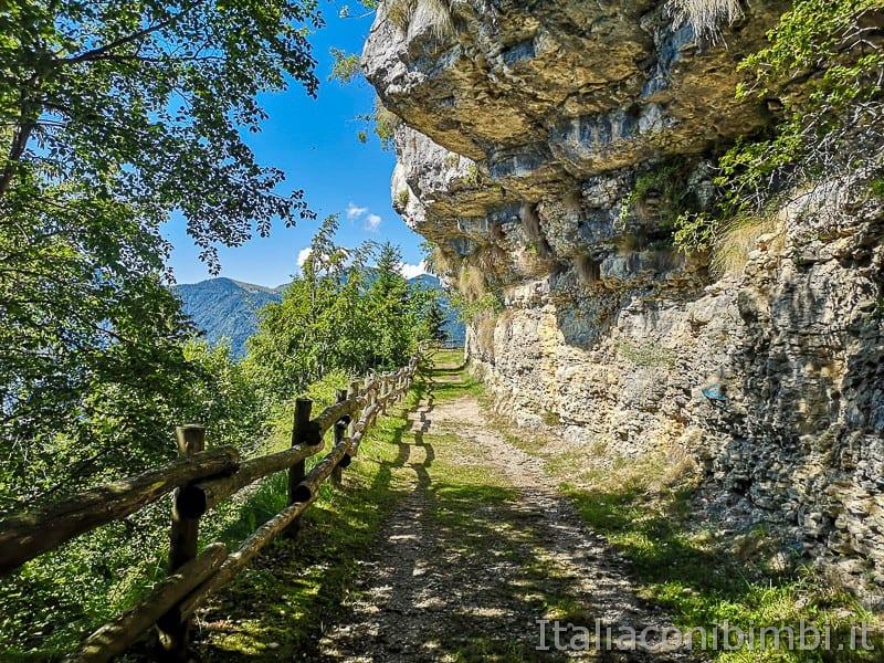 Sentiero dell'Immaginario Alpe Cimbra- sentiero sotto la roccia